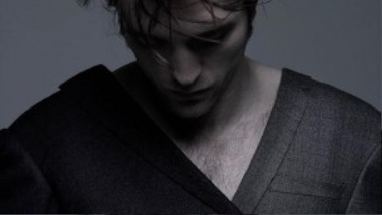Mái tóc rối và hơi bừa bộn của anh chàng luôn là một điểm nhấn khá đặc biệt.