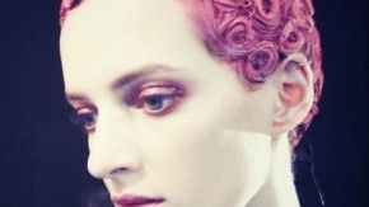 """Tại buổi trình diễn bộ sưu tập Givenchy's Fall 2013, người mẫu với mái tóc được xử lý cầu kỳ trông như những đóa hoa đa sắc trên đầu. Trong âm thanh của dàn nhạc cổ điển, những người mẫu của nhà mốt này như """"thoát tục"""" với phong cách cá tính, mạnh mẽ nhưng không kém phần lãng mạn."""