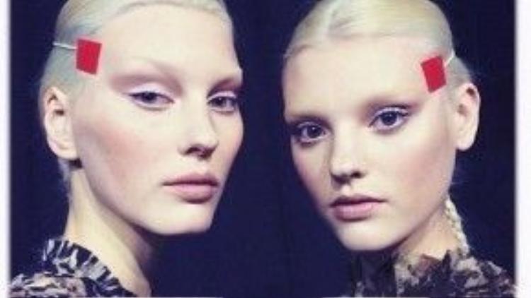 Thế mà chỉ trong chưa đầy một năm sau đó, tại bộ sưu tập ready-to-wear mùa Thu 2014, nhà Givenchy gây ấn tượng với mốt lông mày nude, khuôn mặt nhấn vào phần gò má và đôi môi tông trầm ấm áp đi cùng mái tóc được tết đuôi sam đơn giản.