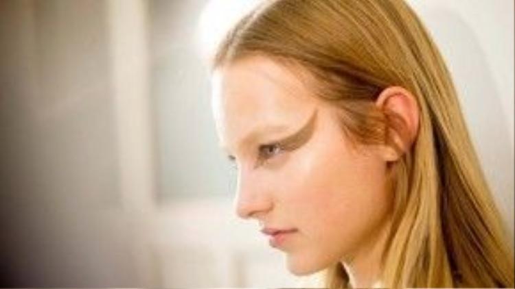 """Những đôi mắt mèo quyền lực giúp hình ảnh """"nữ chiến binh Givenchy"""" vang dội toàn cầu sau show diễn mùa xuân tại Tuần lễ thời trang Paris 2015."""
