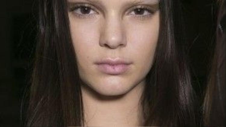 """Kiểu trang điểm """"flying winged eyeliner"""" như chắp thêm đôi cánh cho """"cửa sổ tâm hồn. Trong ảnh là người mẫu Kendall Kardashian với tạo hình """"nữ chiến binh Givenchy""""."""