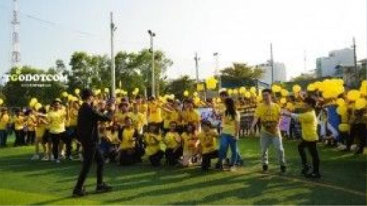 Các fan tích cực tập luyện để chuẩn bị cho màn nhảy flashmob tại Phố đi bộ Nguyễn Huệ chào đón thần tượng.
