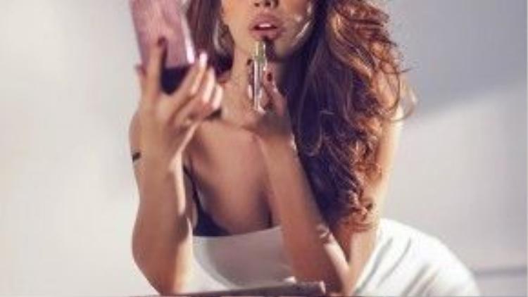 Công thức thời trang quen thuộc của Minh Tú nhưng luôn phát huy tối đa tác dụng chính là những chiếc đầm ôm. Khi diện chiếc váy ánh bạc ngang ngực hay chiếc đầm đen dài tay, người đẹp dễ dàng khoe được thân hình đồng hồ cát mà bao cô gái mơ ước.