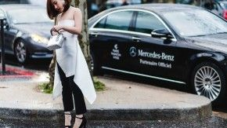 Diện áo hai dây ánh bạc với đường xẻ cách điệu ở vạt áo, bà mẹ một con khéo léo khoe vòng eo thon gọn, cô chọn túi Dior cùng tông màu áo, vòng cổ choker sành điệu. Khoác hờ áo măng-tô màu đen thanh lịch, vừa giữ ấm vừa giúp Trâm Nguyễn hoàn thiện set đồ thời thượng giữa cái lạnh của tiết trời Paris.