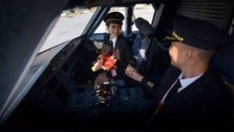 """Anh chàng điển trai """"thú nhận"""" xao xuyến vì ánh mắt và nụ cười của Phương Anh ngay từ chuyến bay đầu tiên mà cả 2 bay chung."""