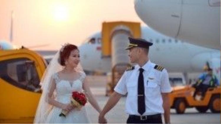 Năm 2012, Tiến Cường trở về Việt Nam khi đã hoàn tất khóa học phi công cơ bản và nộp hồ sơ vào hãng hàng không nơi bạn gái mình đang là cơ phó.