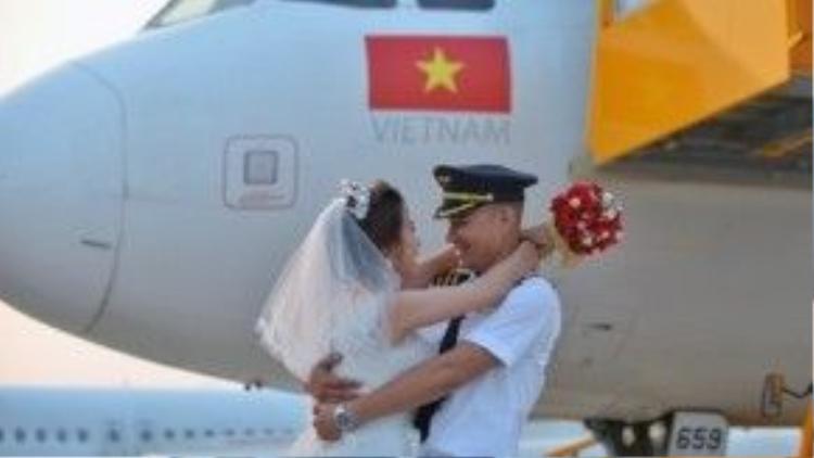 """Khi quyết định đến với nhau, Tiến Cường đã chuyển về ở hẳn Sài Gòn để sau giờ bay có thể được bên cạnh người bạn gái của mình. Anh cho biết: """"Phương Anh là cô gái cá tính mà mình biết được ngay lần đầu tiếp xúc. Tuy bề ngoài nhỏ nhắn và hiền dịu nhưng tính cách của cô ý khá mạnh mẽ, quyết đoán. Nhiều lần Phương Anh cố tỏ ra khó tính để tạo động lực cho tôi cố gắng trong công việc học lái máy bay tại nước ngoài""""."""