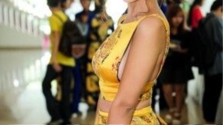 Á quân Nam Thư xuất hiện với bộ trang phục ấn tượng, nửa kín, nữa hở thu hút người nhìn.