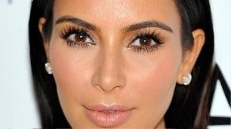Kim Kardashian là một trong những mỹ nhân Hollywood mạnh dạn khởi xướng phong cách make up tông lạnh với đôi môi màu nude. Son môi màu nude làm tôn lên bờ môi đầy đặn quyến rũ của cô, làm tập trung sự chú ývào đôi mắt sâu sắc sảo.