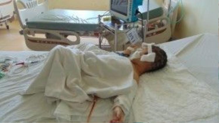 Bé Trang đang điều trị tại bệnh viện.