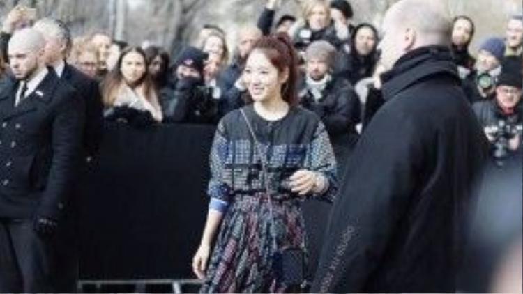 Diễn viên đến từ xứ sở Kim Chi Park Shin Hye bất ngờ xuất hiện tại show diễn Chanel mùa này với tư cách khách mời đặc biệt khiến các fan hâm mộ cô nàng thích thú.