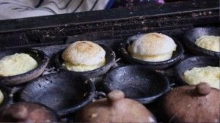 Bánh căn khá giống với bánh khọt của người miền Nam về hình dáng cũng như nguyên liệu. Tuy nhiên, nếu bánh khọt là bánh chiên (sử dụng dầu mỡ làm chín) thì bánh căn lại là bánh nướng (làm chín bằng nhiệt). Bánh căn được làm từ bột gạo. Người làm bánh đổ bột đã pha vào những khuôn đúc tròn nhỏ bằng đất nung đang nóng trên bếp để làm chín bánh.