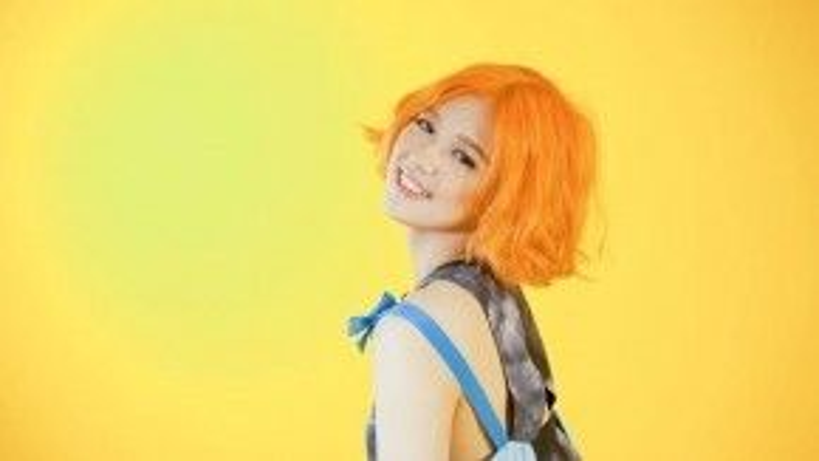 Son tông màu cam luôn là loại son khá kén người sử dụng nhưng dường như rất hợp với Suni Hạ Linh.