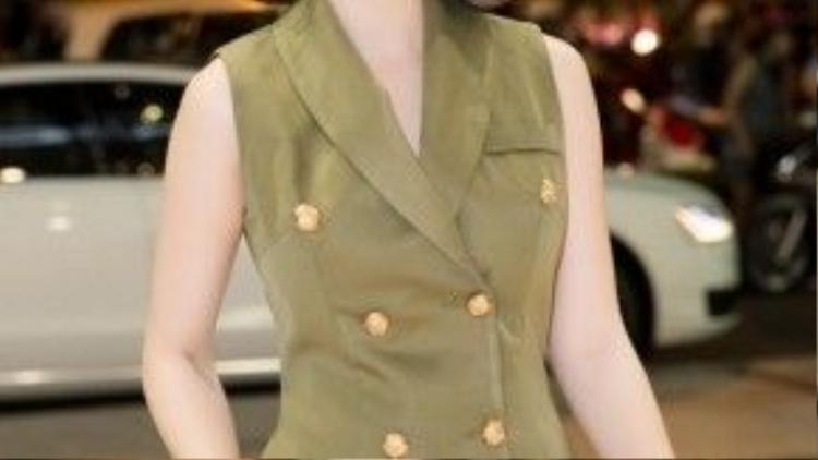 Theo bật mì từ ê-kíp, lần này, Angela Phương Trinh đích thân lựa chọn trang phục để xuất hiện tại nơi công cộng thay cho những bộ cánh của các nhà thiết kế nổi tiếng. Cô nhận được nhiều lời khen nhờ hình ảnh đơn giản nhưng không kém phần sang trọng, tinh tế.