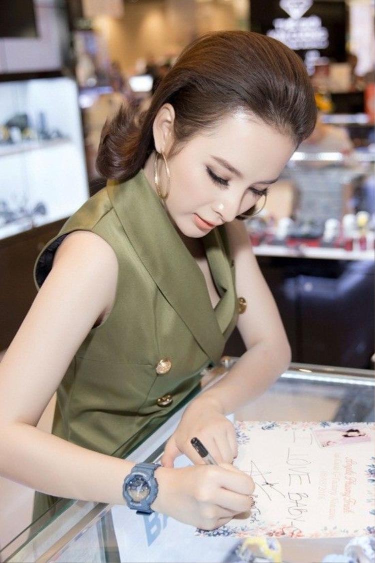 Angela Phương Trinh gây náo loạn trung tâm thương mại