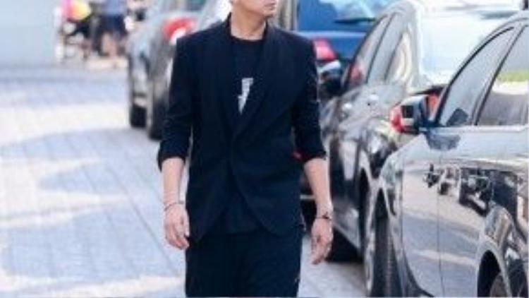 Diện giày thể thao và mix cùng vest đều khiến mọi anh chàng ngầu hơn nhưng không kém lịch lãm, hiện đại.