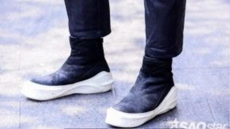 Có lẽ khó ai vượt mặt được Bảo Paul khi anh sở hữu bộ sưu tập 200 đôi giày từ hàng hiệu đến bình dân, từ đơn giản đến cầu kỳ. Đôi julius 7 sneaker màu đen đế trắng khiến set đồ cực nổi bật.