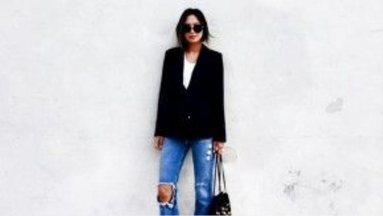 Aimee Song diện chiếc quần ống loe rách gấu trong ngày đầu tiên của Paris Fashion Week mùa này.