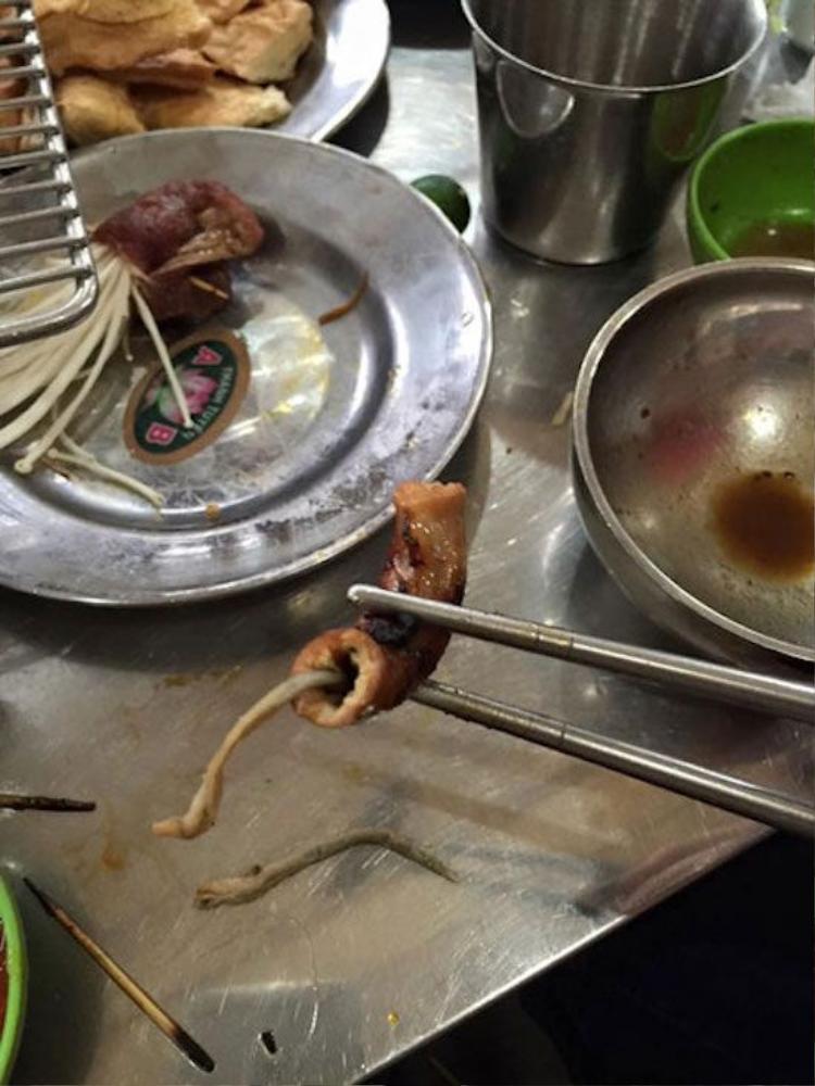 Khách hàng tố cáo nhà hàng nướng phục vụ lòng lợn có chứa sinh vật lạ