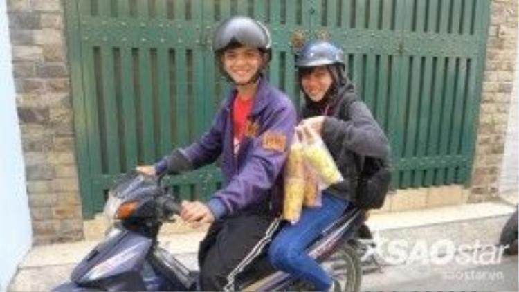 Sau hơn một tiếng chờ đợi, anh bạn đến từ Biên Hòa đã mua được 5 ly xoài lắc cho mình và người thân.
