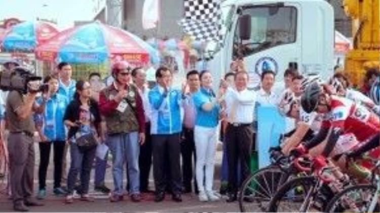 Lý Nhã Kỳ đã được trao nhiệm vụ cùng ông Trần Văn Nam - Uỷ viên Ban chấp hành Trương ương Đảng, Bí thư tỉnh uỷ Bình Dương phất cờ lệnh khai mạc.