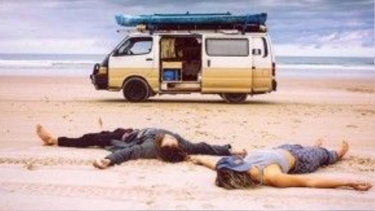 Ung dung tự tại giữa bãi biển vắng bóng người.