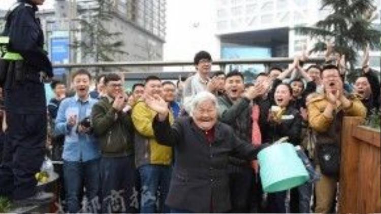 Các cổ động viên vô cùng thích thú và ngưỡng mộ tinh thần của cụ bà đã ngoài 80 tuổi.