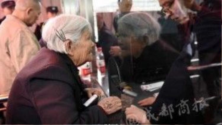 Ai nấyđều rấtngạc nhiên khi thấy một cụ bà tóc bạc phơ trong dòng người xếp hàng mua vé xem bóng rổ.