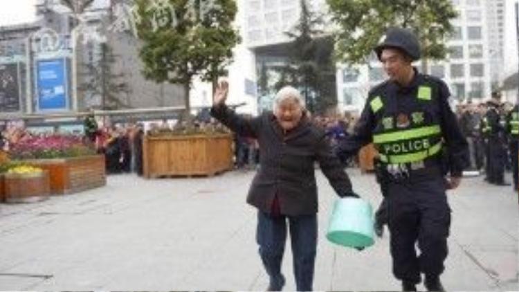 Một cảnh sát trật tự đã mở đường để cụ có thể mua vé trước mà không phải xếp hàng, chờ đợi lâu. Cụ còn mang theo một chiếc ghế dã chiến để nghỉ chân khi xếp hàng.