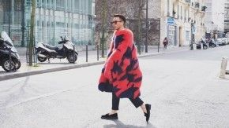 Hoàng Ku sáng rực góc phố Paris với áo lông to sụ.