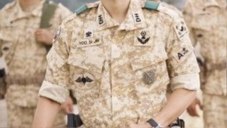 Hình ảnh Song Joong Ki trong bộ quân phục đã 'gây bão' khắp Châu Á hơn 1 tháng qua.