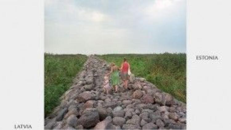 Thong dong đi lại trên con đường đá nằm giữa Latvia và Estonia là điều hoàn toàn hợp pháp.