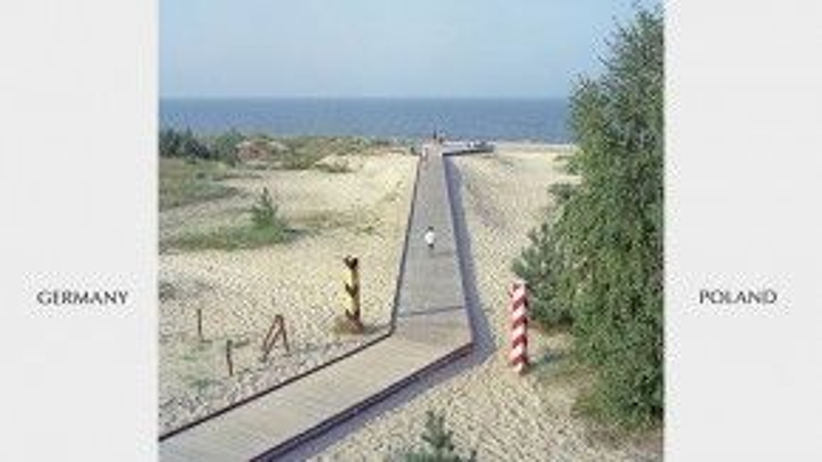 Đường biên giới giữa Đức và Ba Lan là một con đường làm bằng gỗ nối thẳng ra biển trong xanh.