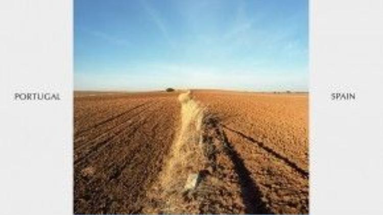 Bồ Đào Nha và Tây Ban Nha đơn giản hóa tối đa đường biên giới nhờ vào một lối đi lại trên cánh đồng.