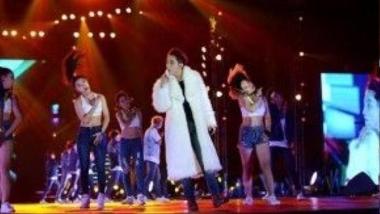 Chàng có vẻ rất thích diện màu trắng, đặc biệt là khoác lên sân khấu.