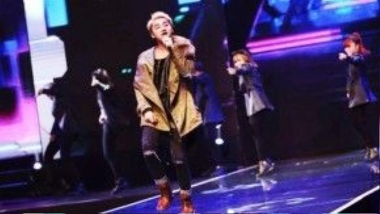 Trên FC fanpage, anh chàng khoe một chiếc áo jacket mũ lông được sơn tùng vô cùng yêu quý và dùng trong live show của mình.
