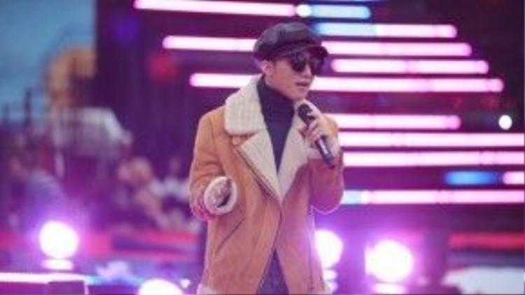 Cũng chiếc fur coat đó, nhưng anh chàng lại phối theo một kiểu hoàn toàn khác biệt…