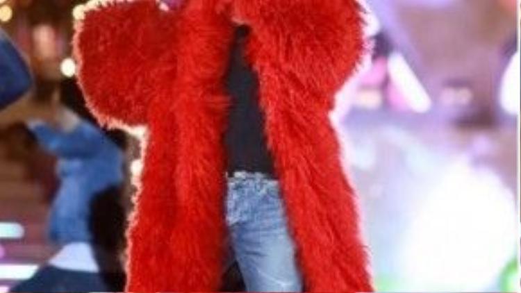 Soái ca nổi bần bật với thiết kế fur coat của NTK nguyễn Công Trí.