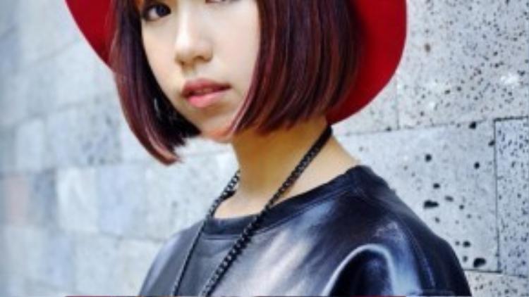 Kiểu tóc ngắn và phần mái ngang cũng không lọt khỏi tầm ngắm của cô. Min thực sự rất hợp với kiểu tóc này, đặc biệt là khi cô kết hợp cùng mũ fedora đỏ và phụ kiện kim loại