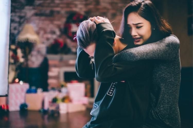 Miu Lê cãi vã với bạn trai, rơi lệ nghẹn ngào trong ngày trở lại