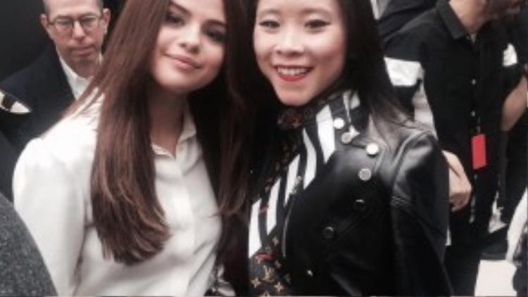 Mới đây, Nga Hồng Nguyễn vừa đăng tải hình ảnh cô chụp hình cùng Selena Gomez trong show diễn của nhà mốt Louis Vuitton. Phong thái cùng đẳng cấp khiến cô không hề bị lu mờ trước những ngôi sao Hollywood.