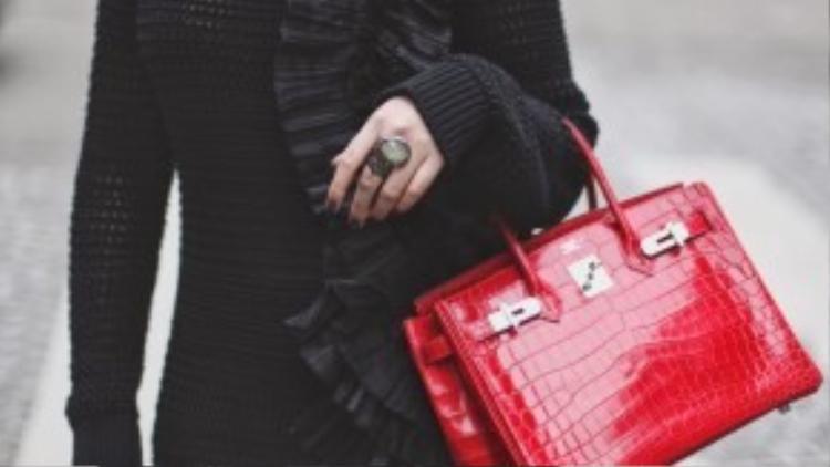 Trên trang blog cá nhân, Nga Hồng Nguyễn chia sẻ street style với chiếc túi xách Hermes da cá sấu màu đỏ phiên bản giới hạn.