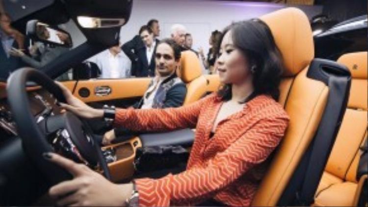 Nga Hồng Nguyễn từng tự lái chiếc Rolls Royce Dawn đắt giá đến một sự kiện.