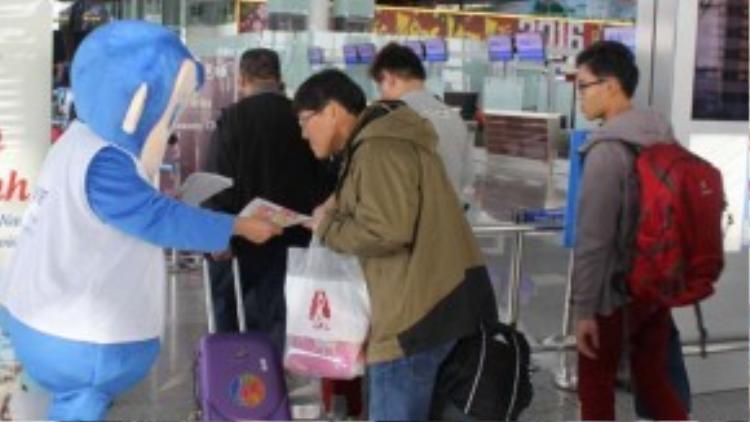 """""""Du lịch văn minh - Tự hào mình là người Việt"""" là chương trình nâng cao ý thức văn minh cho khách du lịch Việt Nam khi đi du lịch nước ngoài phát động đầu tháng 2. Theo đó, cẩm nang """"Những điều cần biết khi du lịch nước ngoài"""" được phát cho du khách tại các ga đi quốc tế của sân bay Tân Sơn Nhất và Nội Bài. Nội dung cẩm nang khuyến cáo du khách những điều nên và không nên làm khi đi du lịch nước ngoài theo 3 nhóm chính: Cư xử văn minh - Tuân thủ pháp luật - Du lịch có hiểu biết."""