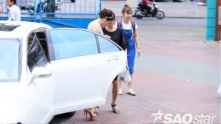 Sau đó, Hồ Quỳnh Hương cũng xuất hiện, cô đi cùng quản lý riêng của mình.