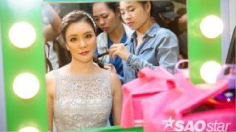 Hồ Quỳnh Hương được chuyên gia trang điểm chăm chút kỹ càng từ tóc…