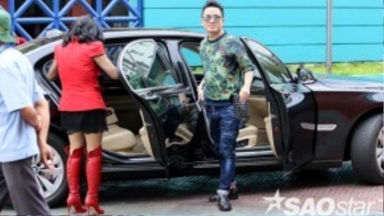 Tùng Dương tự tay lái xe chở Thanh Lam đến trường quay. Từng làm việc với nhau trước đó, nên cả hai càng thân thiết hơn khi ngồi chung với nhau trên ghế nóng.