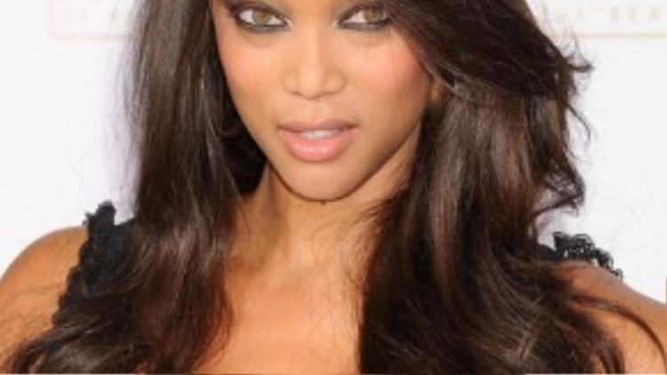 Tyra Banks là ngôi sao ưa thích sử dụng tóc giả và thừa nhận với truyền thông rằng cô đã thử hầu hết những mẫu tóc khác nhau từ ngắn cho tới dài.