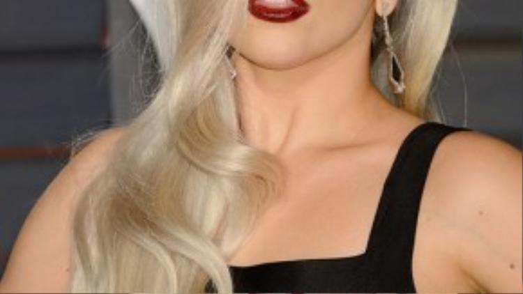 Mái tóc bạch kim mang tính biểu tượng của Lady Gaga thực chất là tóc giả được cấy ghép, trong một bức ảnh những vết dán trên da đầu của nữ ca sĩ bị ống kính phóng viên ghi lại.