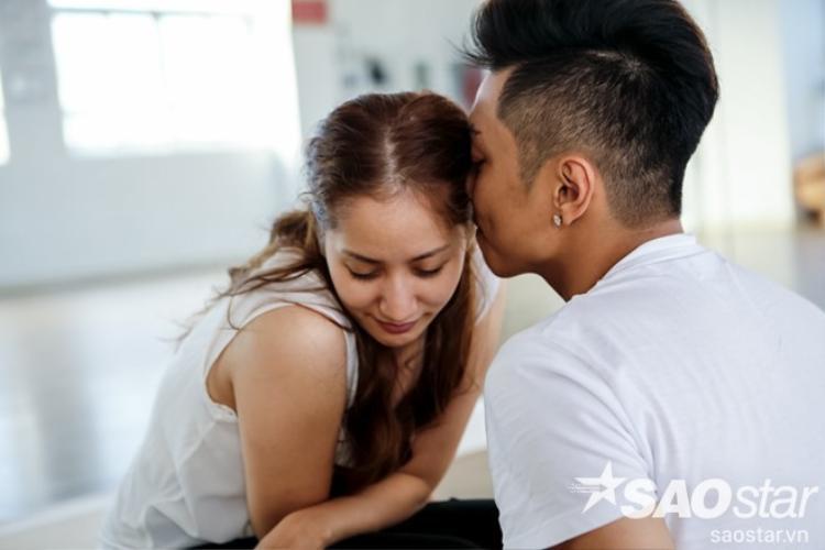 Phan Hiển hôn Khánh Thi, đùa giỡn như con nít trên sàn tập Vip Dance